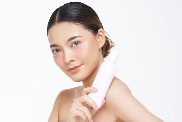 Aspect naturel, femme asiatique, traitement du visage, cosmétologie, traitement de beauté avec maquette du produit.