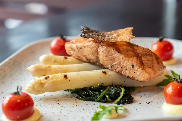 Asperges blanches au saumon grillé