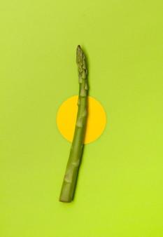 Asperges crues fraîches sur table de table verte.