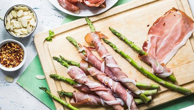 Asperges enveloppées dans une idée de recette de photographie culinaire au jambon de parme