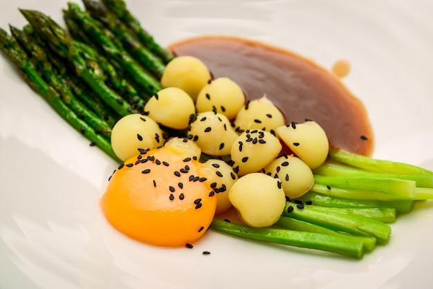 Asperges avec pommes de terre grelots, sauce à la viande et jaune d'oeuf