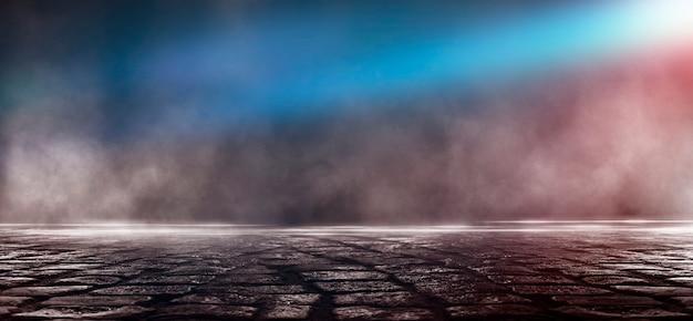 Asphalte mouillé, reflet de néons, projecteur, fumée