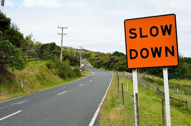Asphalte panneau routier lente