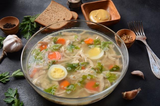 Aspic maison, viande de poulet en gelée avec herbes et carottes. holodets de plats traditionnels russes. servi avec pain et moutarde ou/et raifort