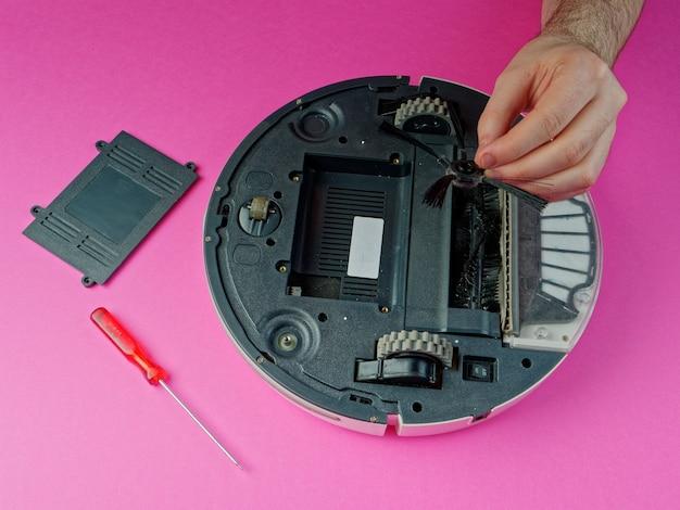 L'aspirateur robot est démonté, le concept de réparation d'un aspirateur robot