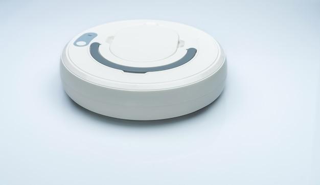 Aspirateur robot isolé sur fond blanc. aspirateur robot pour le concept de maison intelligente. robot de nettoyage pour nettoyer le sol. appareil sans fil. technologie de nettoyage intelligente. appareil domestique.
