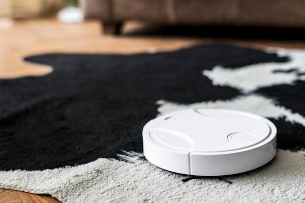 Aspirateur robotique sur un tapis imprimé animal