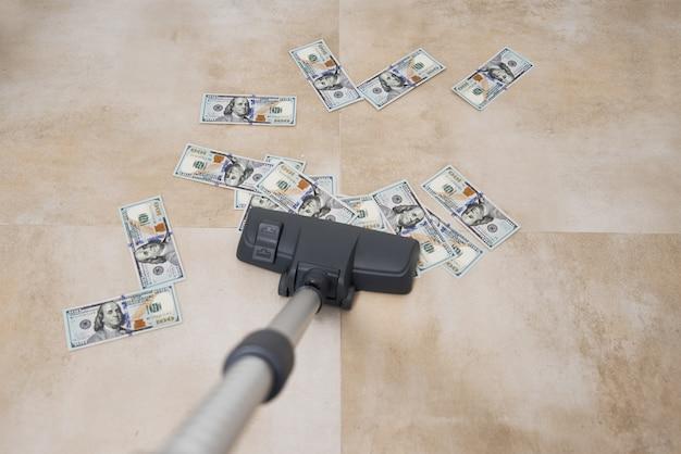 Un aspirateur suce des billets en dollars américains
