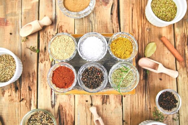 Assaisonnement d'épices et d'herbes avec frais et séché