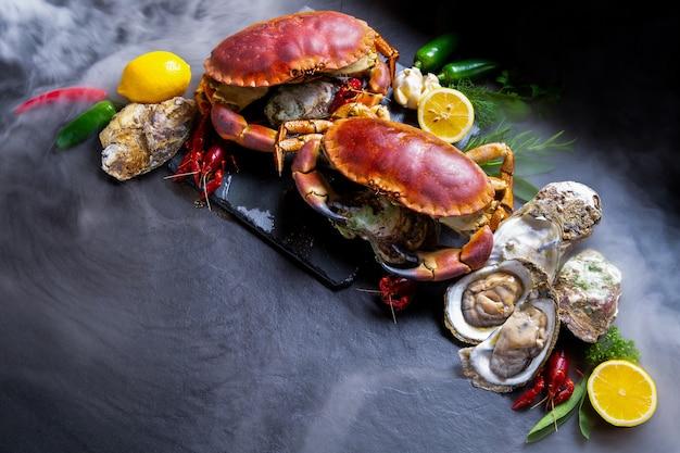 Assaisonnement de fruits de mer avec des crabes de pierre.