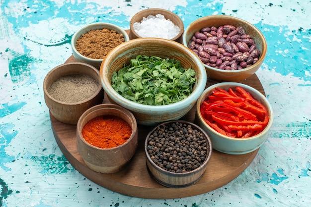 Assaisonnements aux verts sel poivre sur bleu clair
