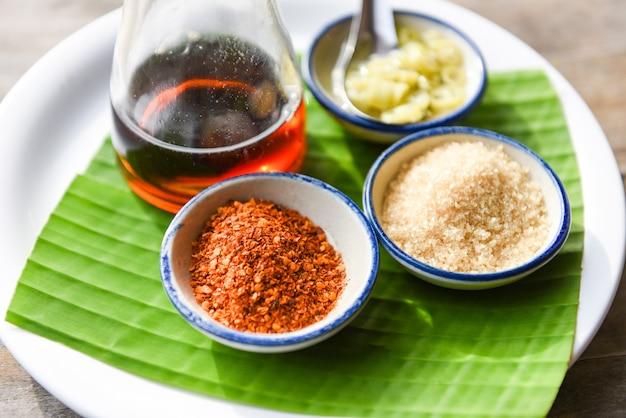 Assaisonner les aliments avec du chili en poudre, du sucre, de la sauce de poisson et du vinaigre