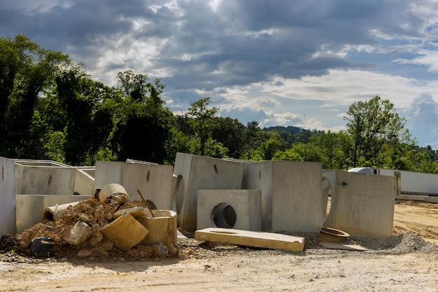 L'assemblage du système de drainage, les tuyaux de drainage rectangulaires trouent le béton dans la zone résidentielle