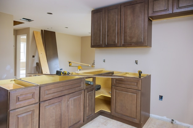 Assemblage de meubles de nouvelles armoires de cuisine sur mesure