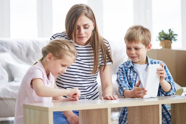 Assemblage de meubles avec de petits assistants