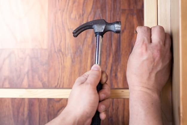 Assembler des meubles avec des outils