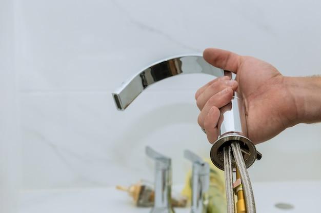 Assembler la plomberie installer le plombier de service au travail dans une salle de bain