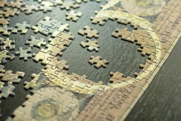 Assembler un puzzle.