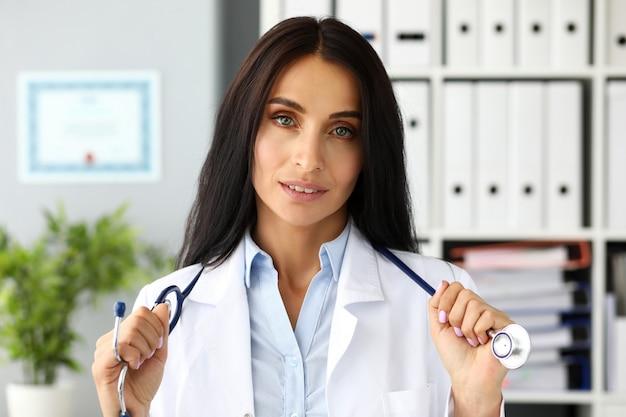 Assez adulte caucasien femelle gp étirement stéthoscope en mains