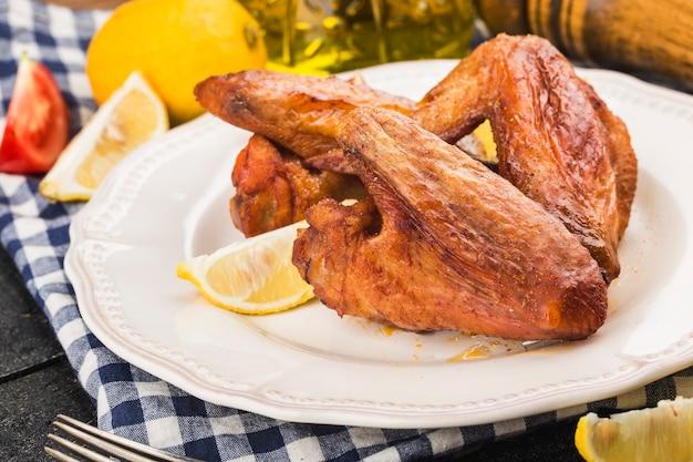 Une assiette d'ailes de poulet fraîchement cuites