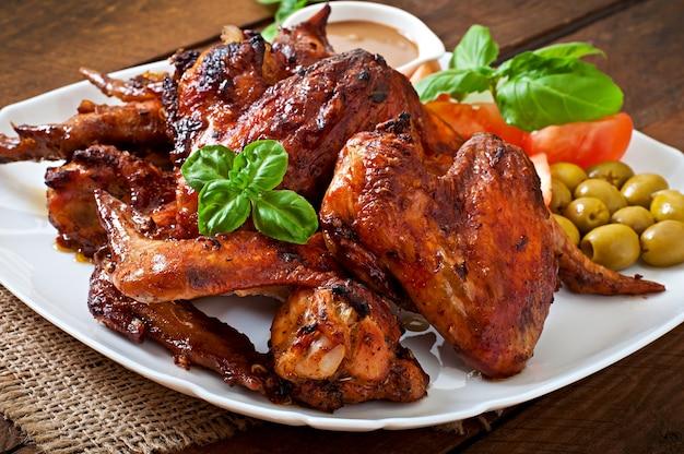 Assiette d'ailes de poulet sur table en bois
