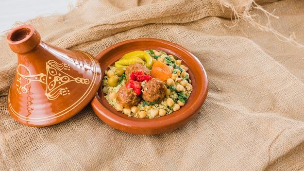 Assiette avec des aliments frais sur toile de jute