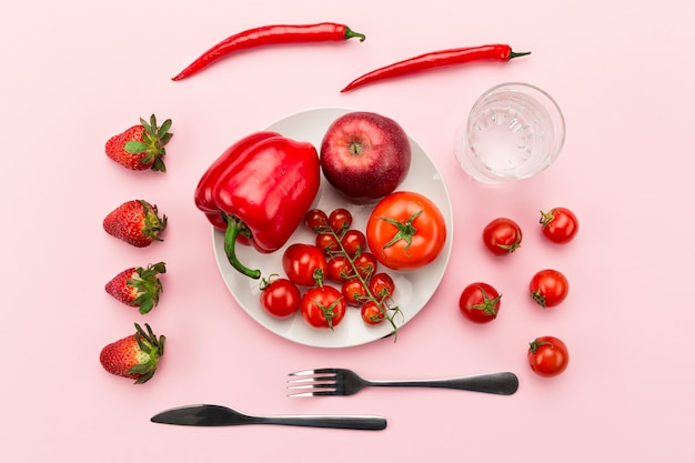 Assiette avec des aliments sains rouges