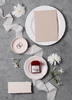 Assiette et anneaux de mariage vue de dessus