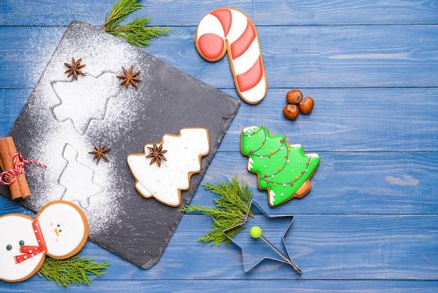 Assiette en ardoise avec de savoureux biscuits de noël