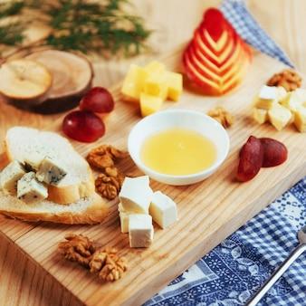 Assiette au fromage bleu dor, parmesan, brie