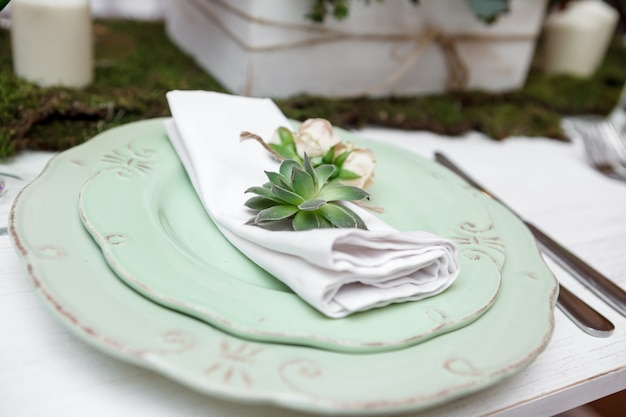 Assiette au restaurant. serviette blanche sur la table