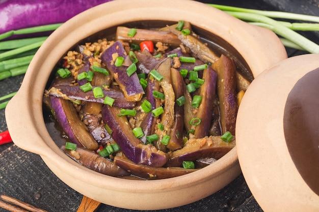 Une assiette d'aubergines braisées