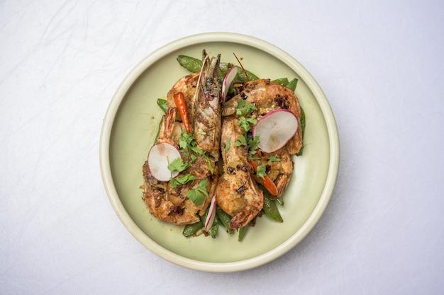 Assiette aux crevettes grillées sur le blanc