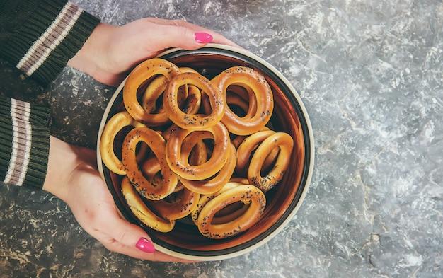 Assiette à bagels. mise au point sélective.