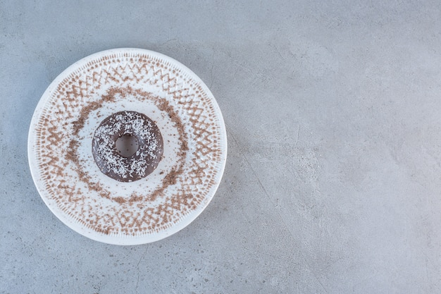 Assiette de beignet au chocolat unique savoureux sur pierre.