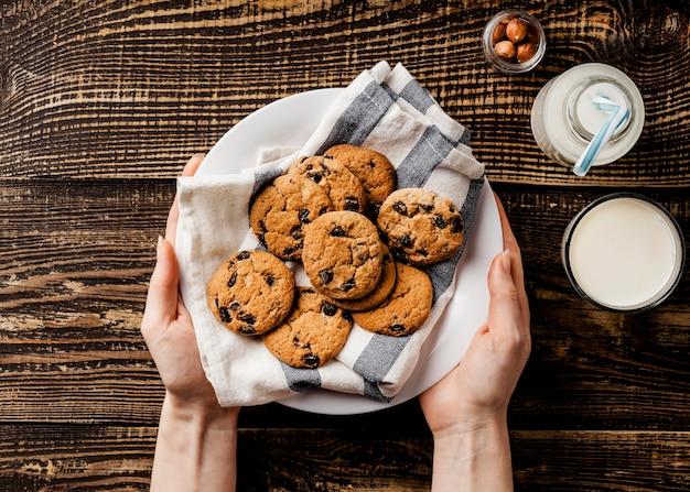 Assiette avec biscuits au chocolat