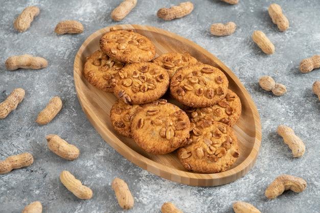 Assiette de biscuits maison aux cacahuètes bio sur table en marbre.