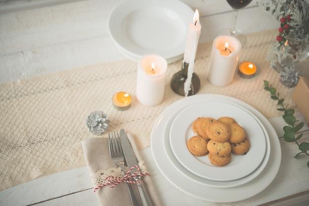 Assiette de biscuits sur la table préparée pour le dîner de noël