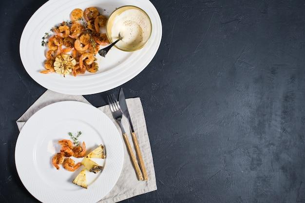 Assiette blanche aux gambas frites