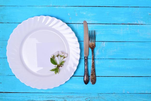 Assiette blanche avec une feuille de papier