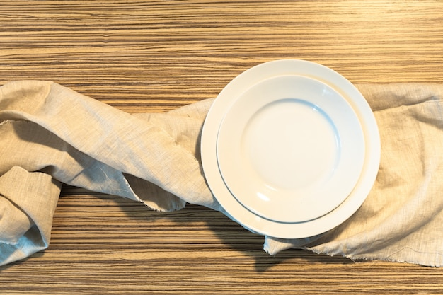 Assiette blanche sur une nappe