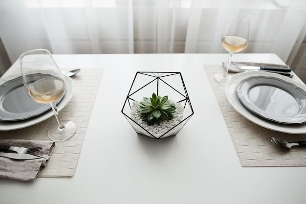 Assiette blanche propre avec cultery à l'intérieur de loft blanc dans un style scandinave.