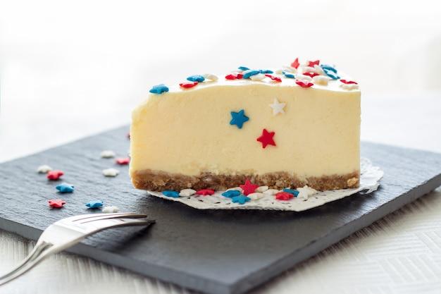 L'assiette blanche slice cheesecake de new york servie pour la fête le 4 juillet aux etats-unis