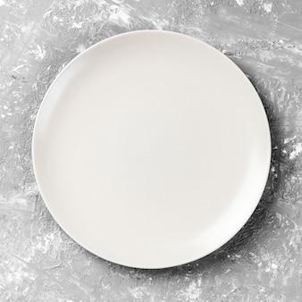 Assiette blanche vide sur bois