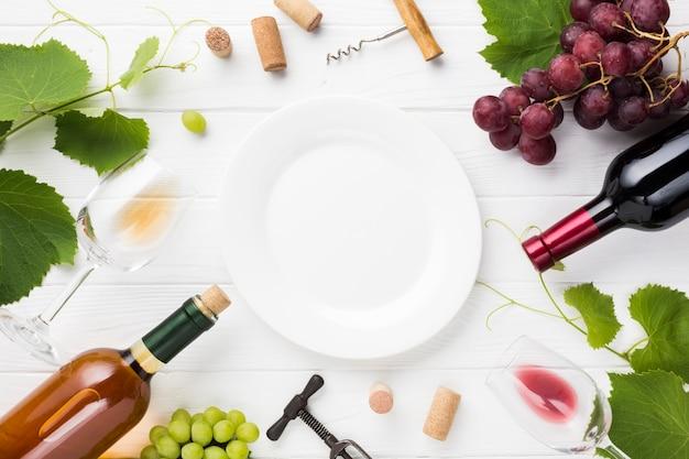 Assiette blanche vide avec des ingrédients de vin