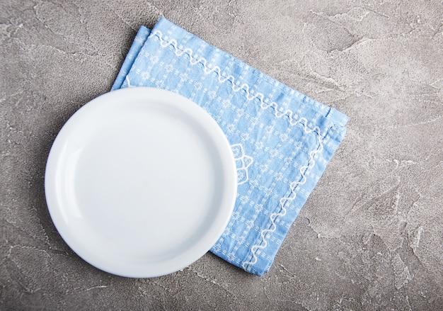 Assiette blanche vide avec nupkin