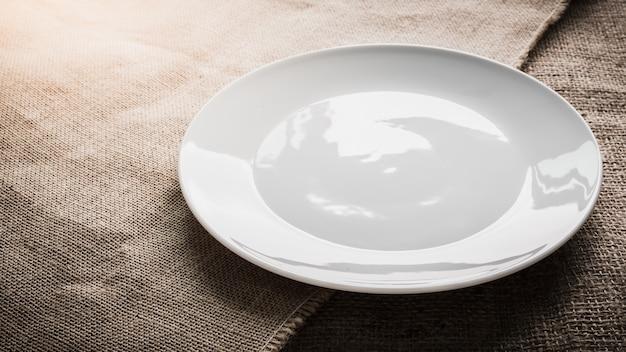 Assiette blanche vide
