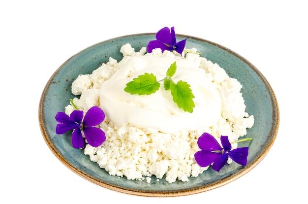 Assiette bleue avec du fromage cottage granulé.