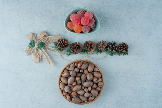 Une assiette bleue de marmelade avec de petites pommes de pin de noël sur fond de marbre. photo de haute qualité