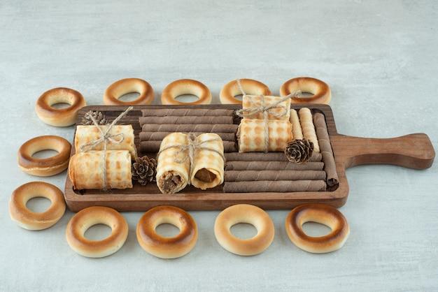 Une assiette en bois de cookies ronds sur fond blanc. photo de haute qualité